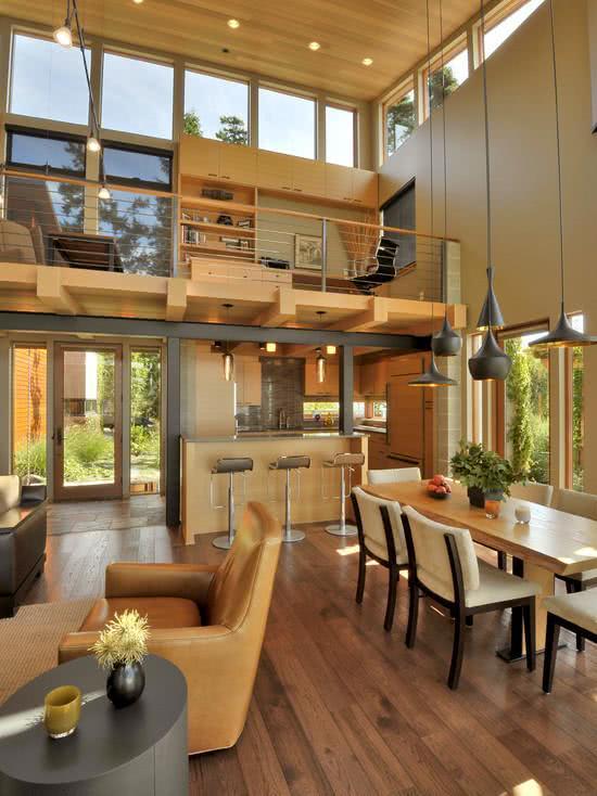 Loft iluminado com janelas superiores