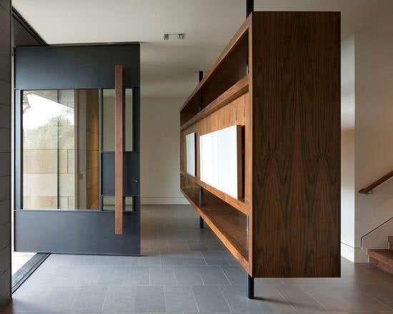 Porta preta com detalhe em vidro e puxador longo em madeira