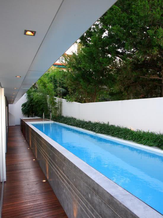55 modelos de piscinas com diversos formatos e estilos for Decorar piscina elevada