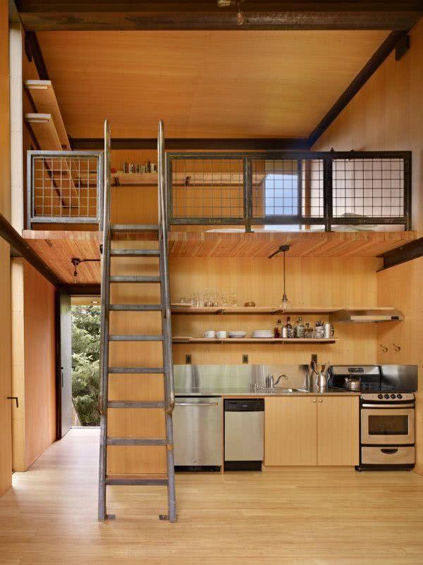 Loft com escada helicoidal em madeira escura