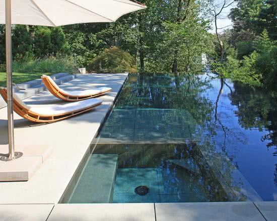 55 modelos de piscinas com diversos formatos e estilos for Modelos de piscinas modernas