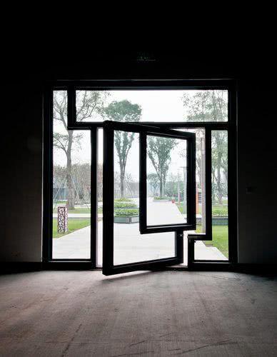 Porta pivotante com traços ortogonais revestida em vidro