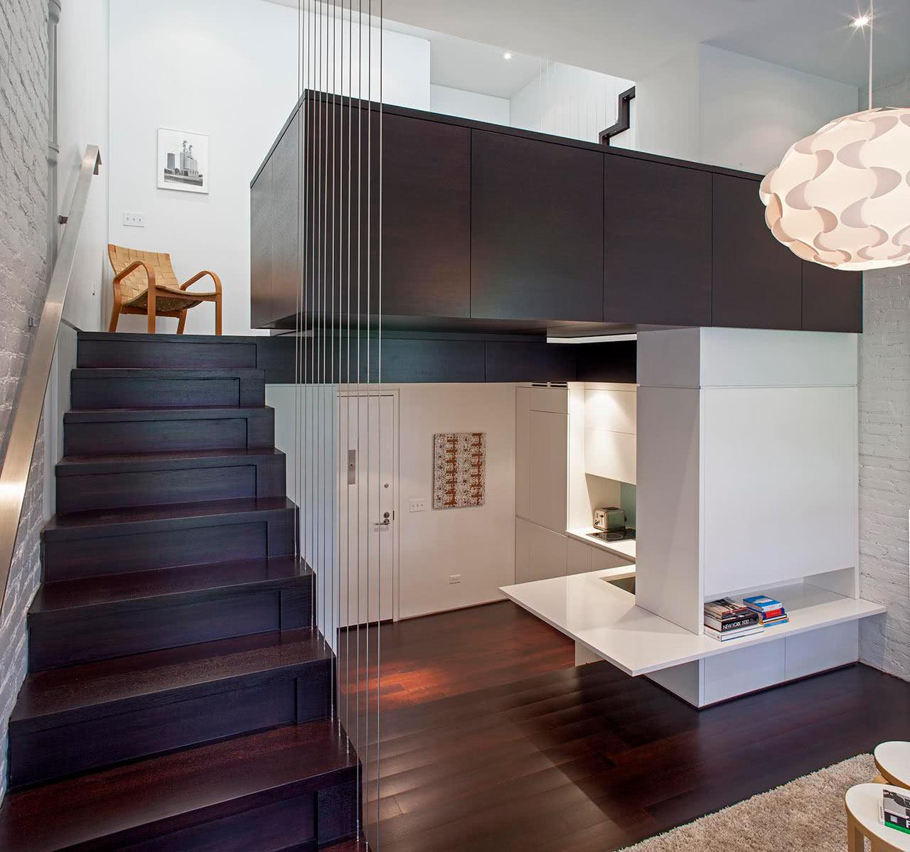 Loft com tirantes metálicos na escada