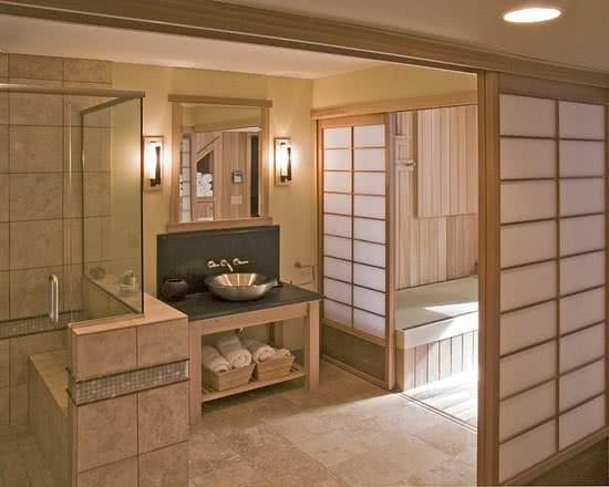 Imagem 2 ? Banheiro com vista para jardim externo decorado em bambu