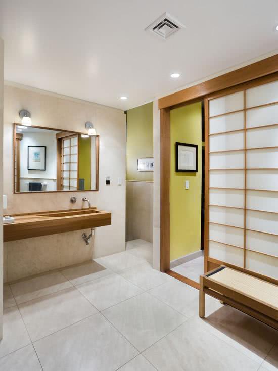 Imagem 4 ? Banheiro com paredes revestido em madeira