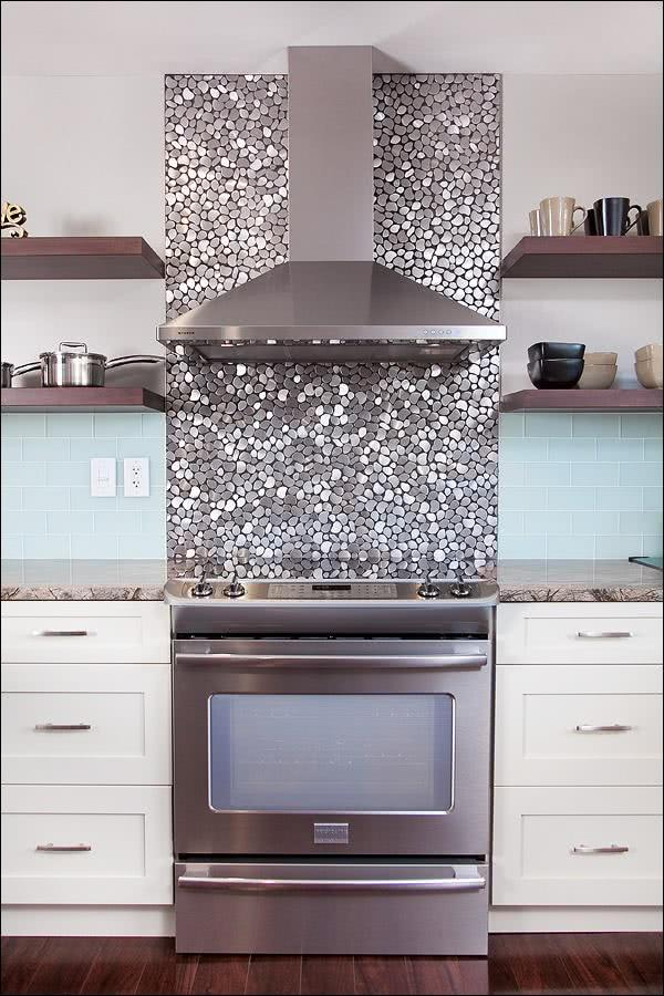 90 projetos com diferentes revestimentos para cozinhas for Kitchen colors with white cabinets with glitter wall art pictures
