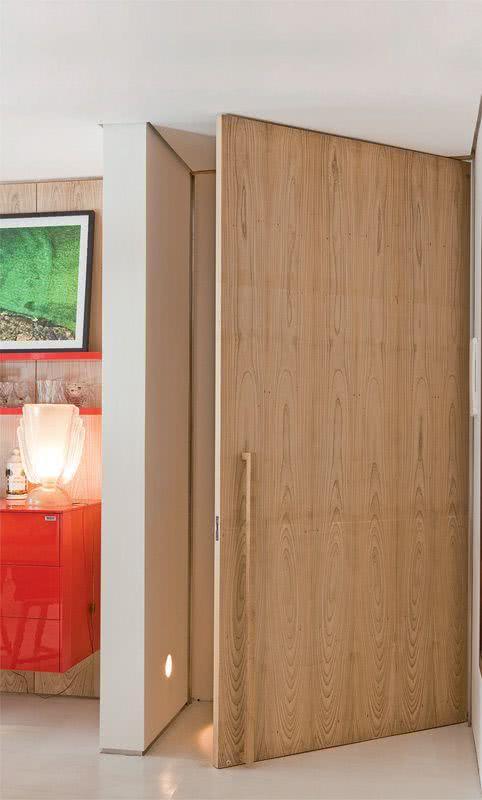 Com estilo moderno o puxador fica na parte inferior e com o mesmo acabamento da porta