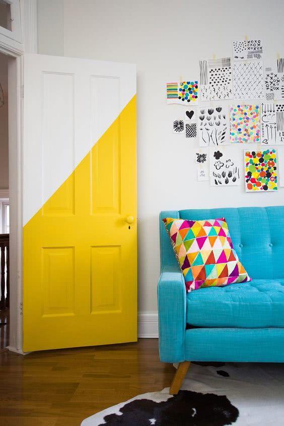 Porta com pintura diagonal para um ambiente jovem e colorido