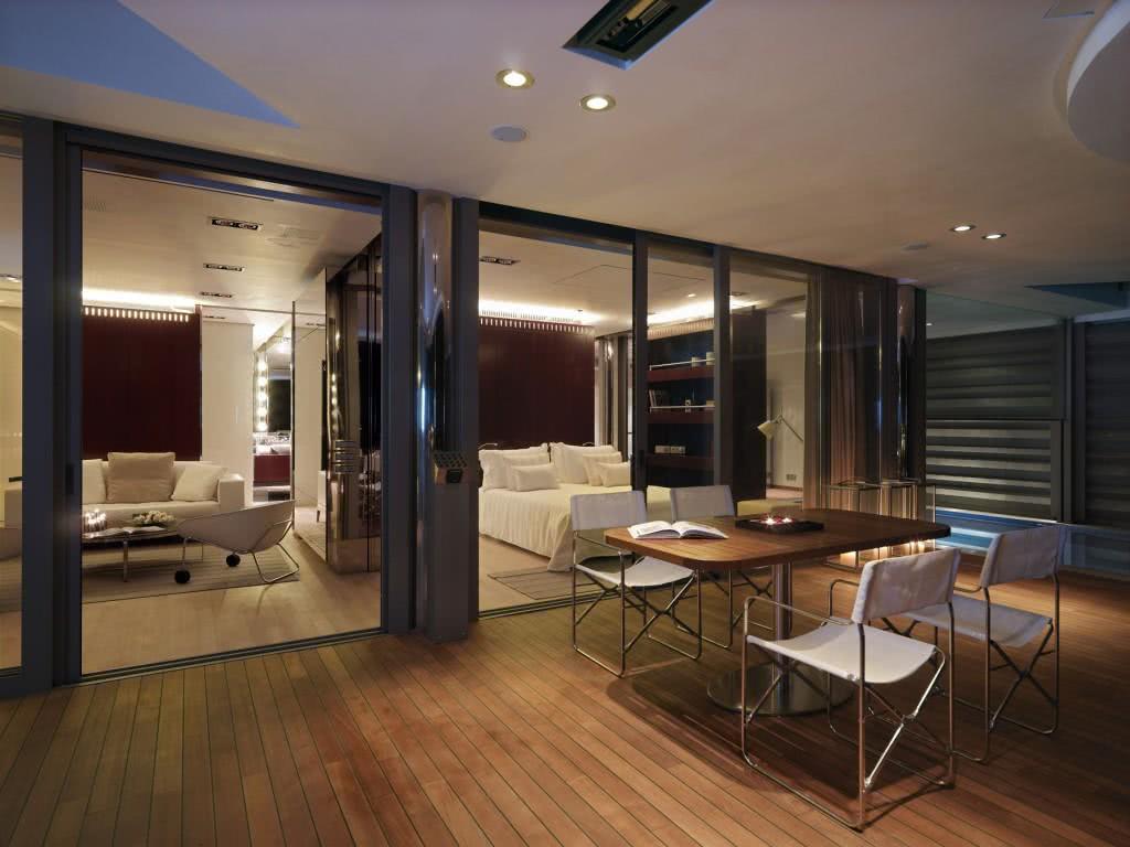 Portas de correr de vidro podem dar leveza e para uma privacidade basta inserir uma cortina bonita e funcional
