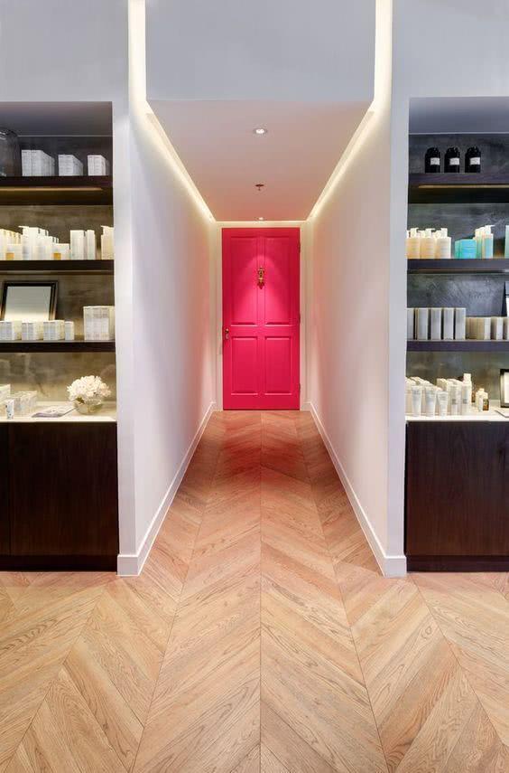 Destaque seu corredor com uma porta colorida e vibrante