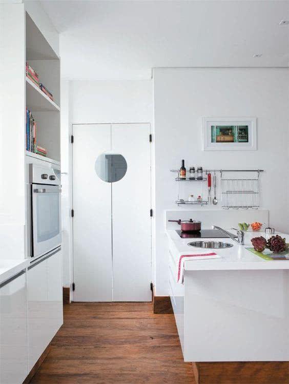 A porta estilo industrial fica perfeita na cozinha