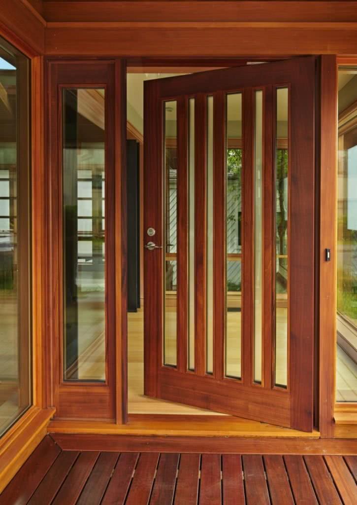 Rasgos na porta levam entrada de luz para o interior