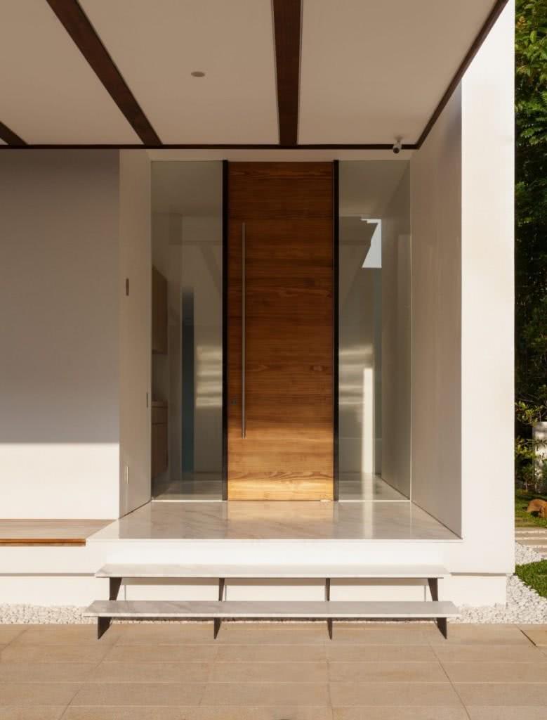 Porta moderna com puxador em inox