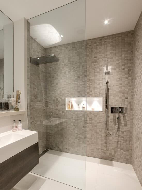 95 Modelos de Banheiros Decorados para te Inspirar -> Banheiro Pequeno Com Pastilhas Claras