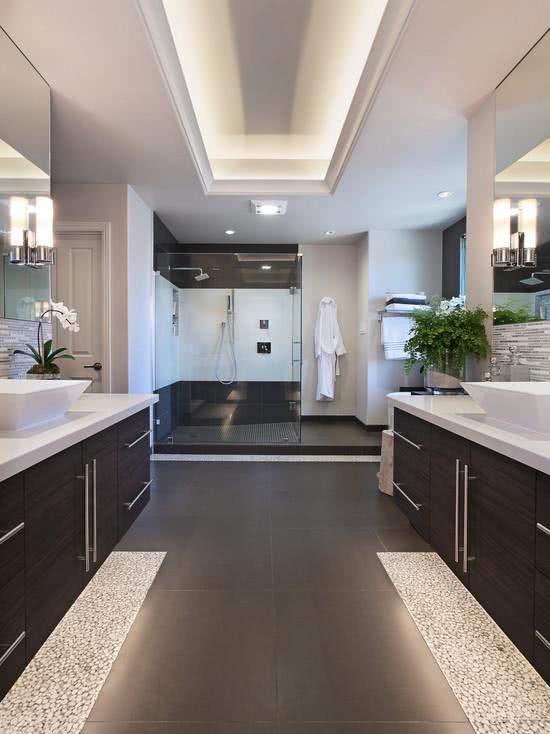 para plantas que permitem um projeto especial de banheiro esta proposta foca em duas bancadas exclusivas para o casal assim cada um tem os pertences de