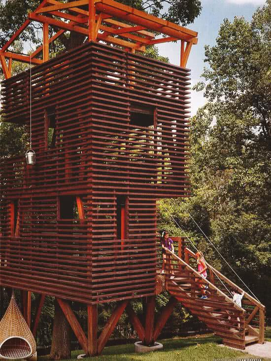 Casa na Arvore com fachada em ripas de madeira