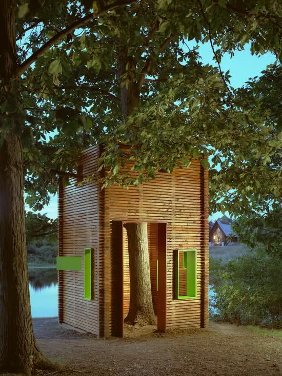 Casa na Arvore com detalhe arquitetônico em verde na fachada