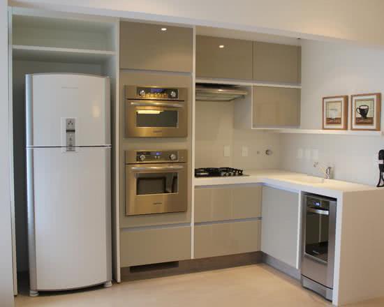 Imagem 30 – Cozinha pequena com moveis brancos e equipamentos como