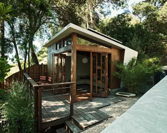 Casa na Arvore com deck de madeira