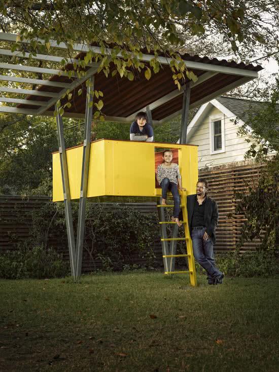 Casa na Arvore com estrutura metálica e detalhe em amarelo