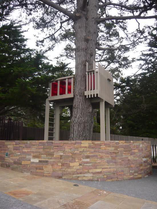 Casa na Arvore com janelas vermelha