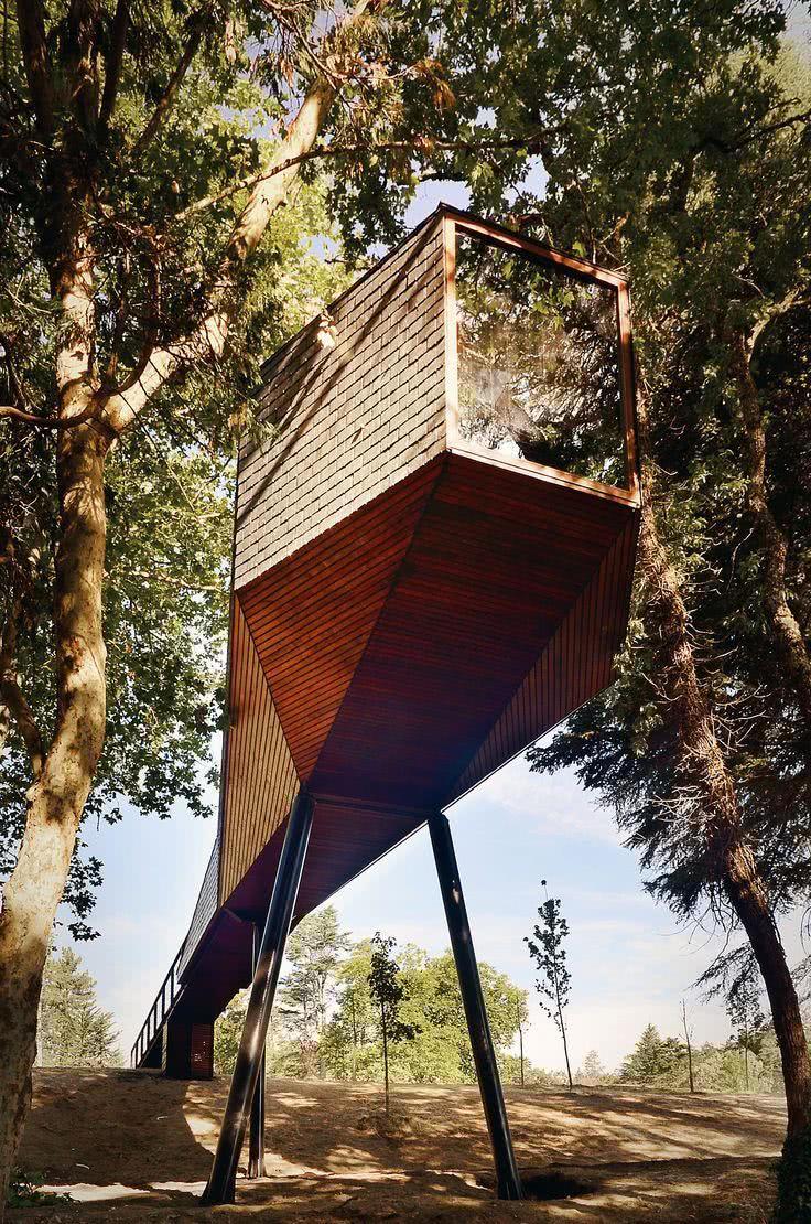 Casa na Arvore elevado do chão por pilares