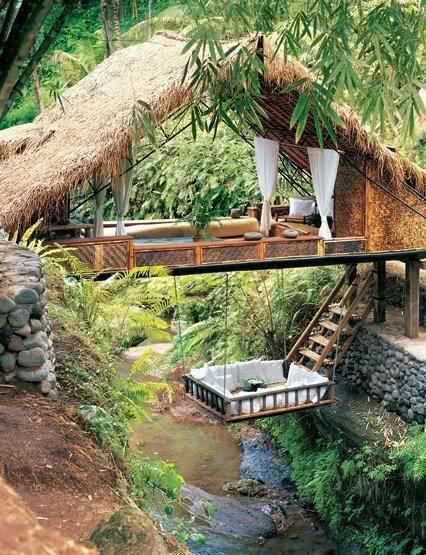 Casa na Arvore suspenso sobre rio com estilo romântico