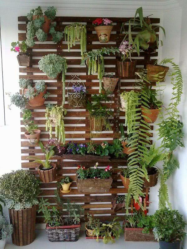 enfeites para jardim japones:Imagem 02 – Jardim suspenso com grade e vasos de barro retangulares