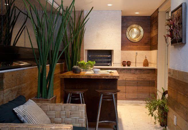 Varanda gourmet com revestimento de madeira
