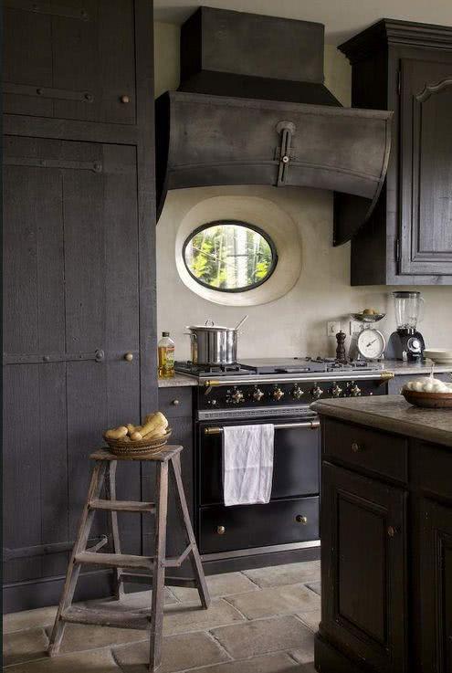 Cozinha preta 89 modelos fotos e projetos incr veis for Hotte industrielle cuisine