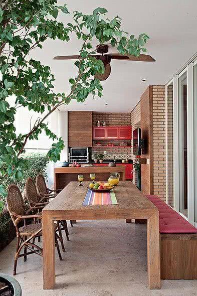 Varanda gourmet com madeira e area verde