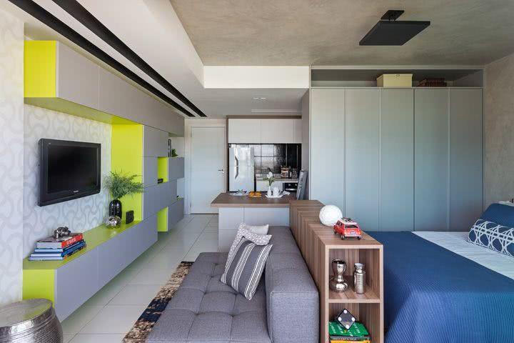 decorar kitnet homem:Imagem 02 – Lindo apartamento com paredes em concreto aparente e