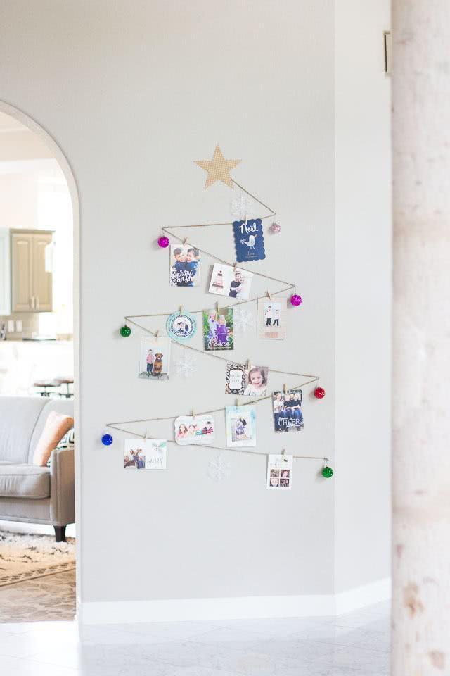 Árvore de Natal na parede.