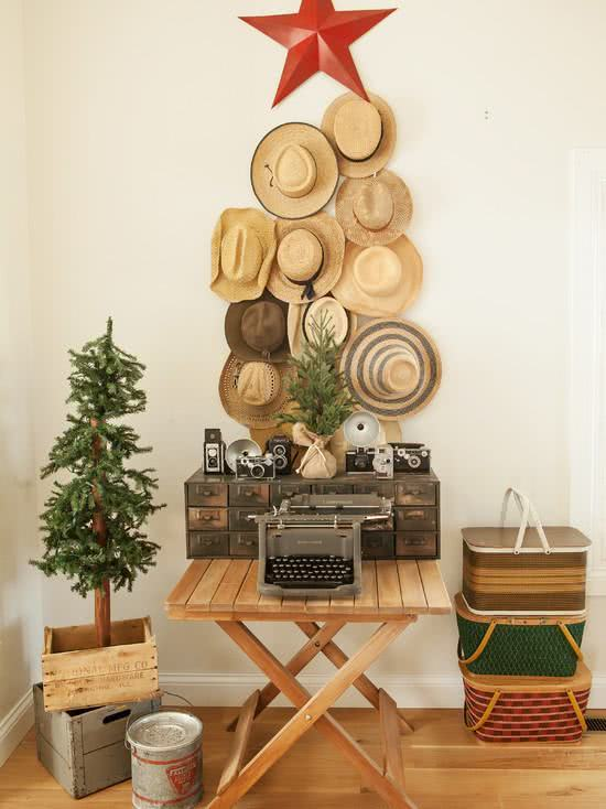 Árvore de Natal feito com chapéu.