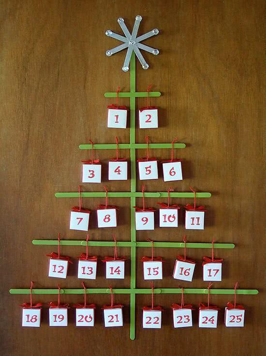 Monte um calendário natalino para decorar sua parede.