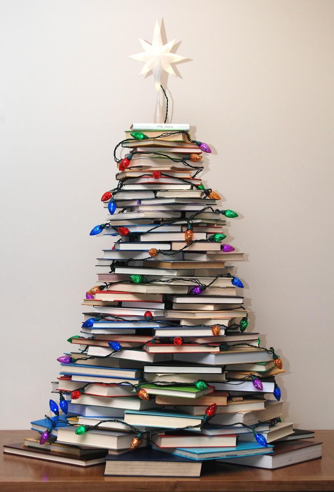Árvore de Natal com livros empilhados