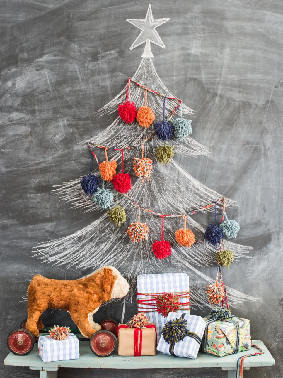 Árvore de Natal desenhada e decorada com fuxico.