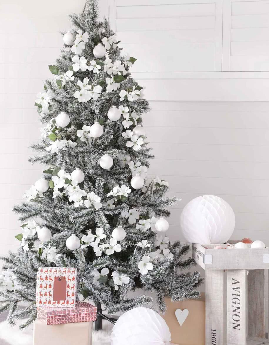 Árvore de Natal com decoração branca