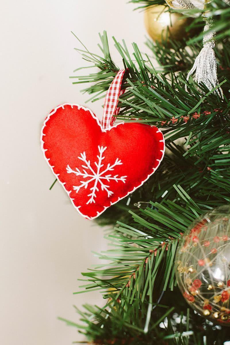 Decore sua árvore de natal com enfeites com feltro.