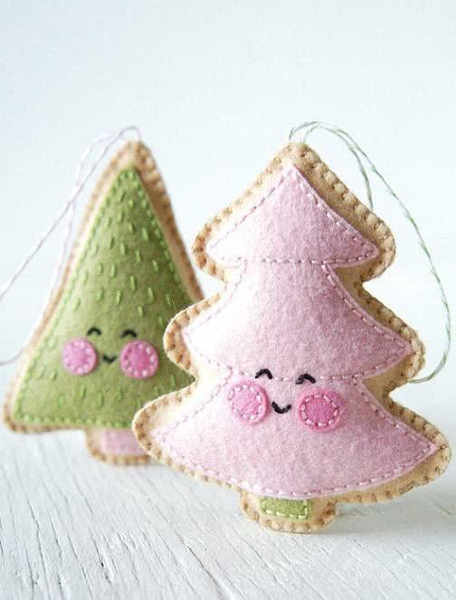 Enfeites delicados de feltro para árvore de Natal.