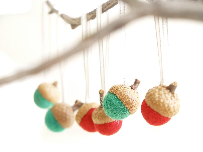 Enfeites em cores natalinas para decorar a árvore de Natal ou porta de entrada.