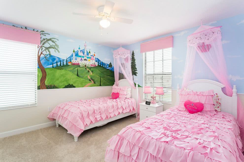 Neste quarto para irm?s, o tema de princesa esta evidente no papel de ...