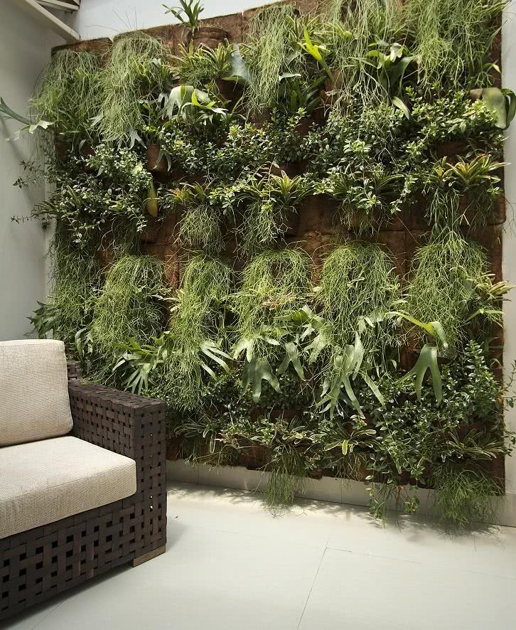 24 – Prateleira com madeira e cordas abrigam os vasos de plantas
