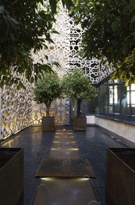 Jardim minimalista com vasos