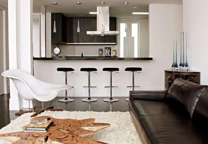 Sala Pequena Com Cozinha Americana ~ Modelo clássico de cozinha americana com bancada que separa os