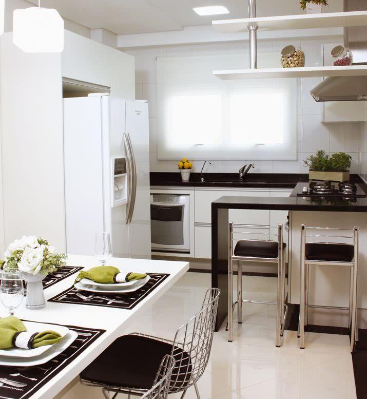 Imagem 27 – Cozinha americana com ilha integrada a sala de estar