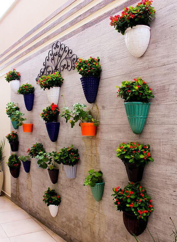 imagem 28 painel de madeira com vasos coloridos suspensos
