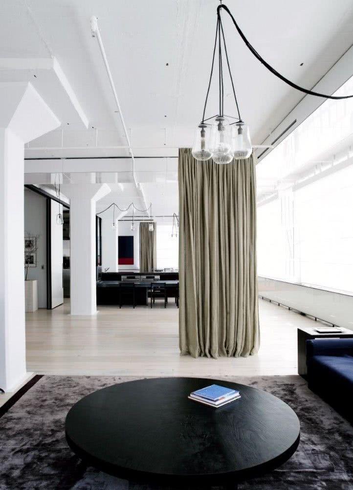 41 cortinas para salas de estar com diferentes cores for Cortinas estilo industrial
