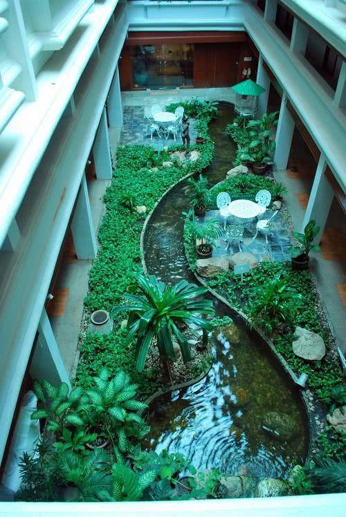 Jardim grande com trecho de água