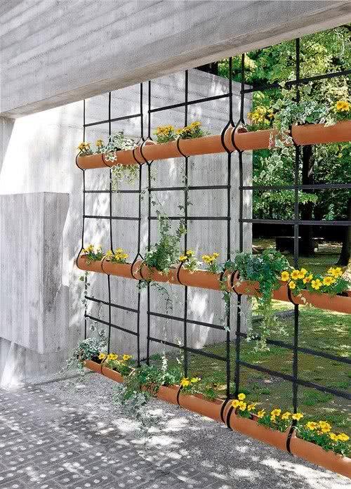jardim vertical bambu:Imagem 03 – Jardim suspenso com vaso fixo na parede de madeira